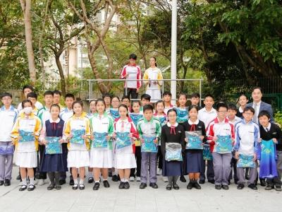 頒發保馬正向跑T-Shirt表揚積極參與的師生(正向教育)